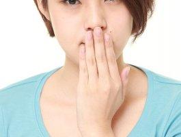 口腔溃疡会出现在颊、唇及上腭、舌侧等粘膜处